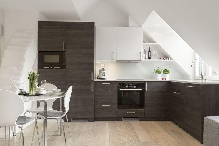 dunkles Holzfurnier, weiße Arbeitsplatte und Oberschränke