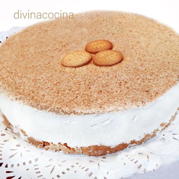 En la receta original la tarta de nata portuguesa se espolvorea con galletas trituradas pero en la foto se ha presentado con canela molida y unas pasas remojadas en vino dulce.