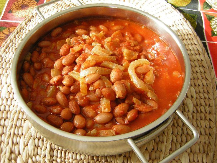 Un piatto ricco di sapore ma super economico è quello dei fagioli e cotiche, diffuso in tutta italia a cui sono dedicate anche sagre paesane. Lo possiamo cucinare per servirlo come antipasto o come secondo piatto.