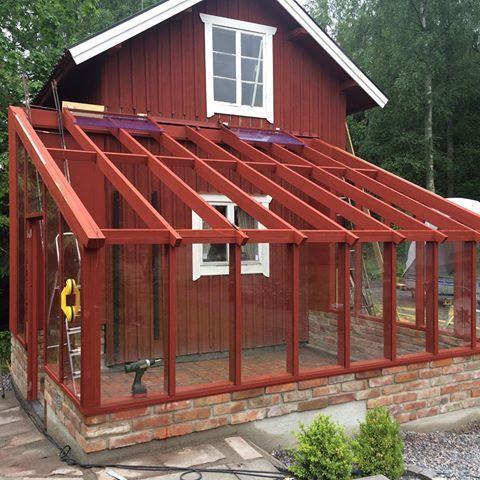 Rött växthus såklart! Vår medlem växthus12 visar sitt bygge i tråden Nytt växthus.  #byggahus #vaxthus #växthus #greenhouse