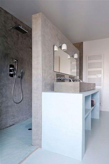 S'appuyant  sur la cloison  de la douche italienne un plan vasque bâti en carreaux de plâtre enduit et recouvert d'une peinture étanche.