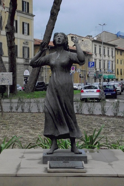 Kinzica de' Sismondi, Eroina di Pisa (Statua in piazza Guerrazzi)
