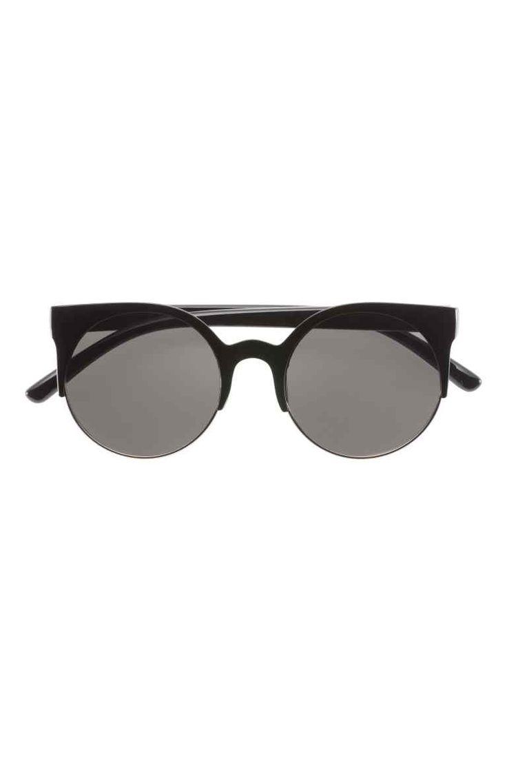 Ochelari de soare: Ochelari de soare cu rame din plastic și metal și cu lentile fumurii. Protecție UV.