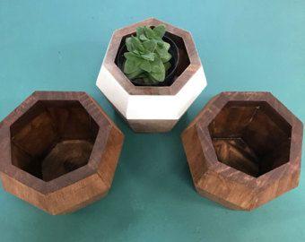 Nuestras jardineras madera materiales y diseño son perfectos para la decoración del hogar y del jardín. Son gran adición a su sala de estar, mesa de comedor, mesa de oficina o ventana.  Jardineras de madera todos cuidadosamente están hechos de madera de teca real.  Propiedades de la madera teca son resistentes a las termitas, Gorgojo y hongos, no pesados, muy durables y estables.  Cada uno viene con un agujero de drenaje y un pote de plástico negro ajuste. El pote plástico también tiene un…