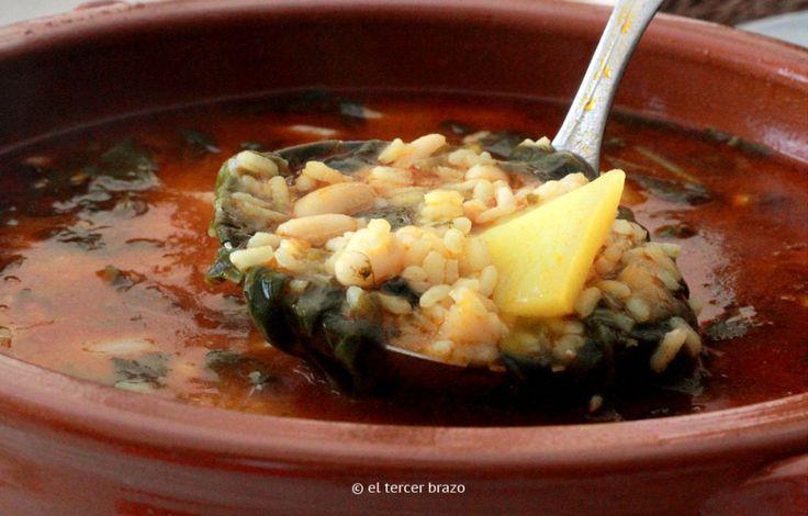 El arroz con acelgas o -como se conoce en Valencia- arrós amb bledes, es una receta de cuchara tradicional y mediterránea en igual modo que lo es la paella.