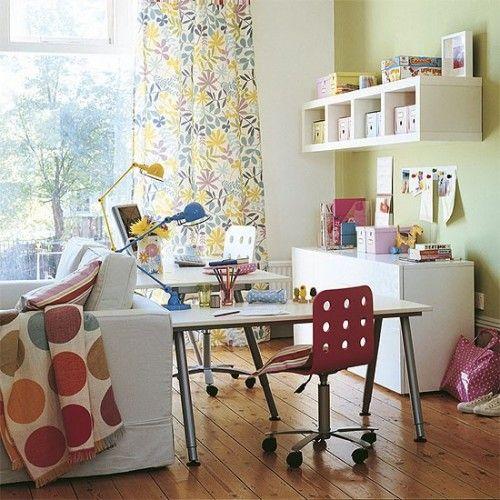 Divertido y juvenil espacio de trabajo, adoro el estampado cortina y los colores en este ambiente!
