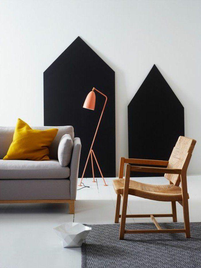 sofa couleur moutarde, coussin jaune et lampe cuivrée