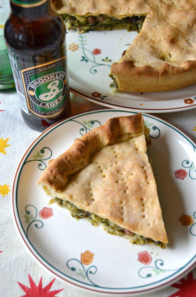 La pizza di scarola è una fragrante pizza farcita, originaria della tradizione culinaria campana; spesso viene preparata durante il peri...