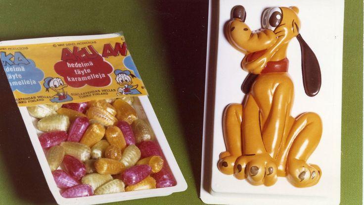 Aku Ankka -hedelmätäytekaramelleja. Valmistajana Hellas. Meillä tehtiin tuosta laatikosta lastenhuoneeseen valaisin.