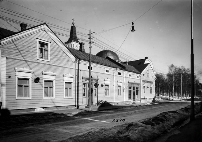 Kuvagalleria: Kalevan vanhat kuvat kertovat Oulun keskeisen Isonkadun vaiheista vuosikymmenten varrella. Monet vanhat talot ovat väistyneet ja kauppojen kyltit muuttuneet.