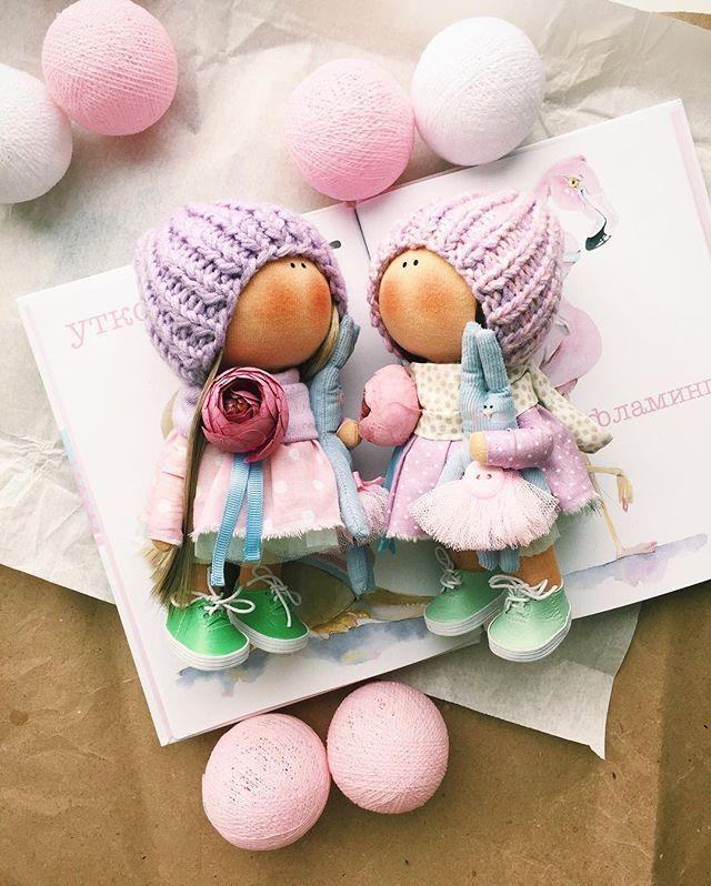 Малышки коротышки 19 см - Нашли Дом Доставка в любую точку земного шара✅ стоимость 3300+ почтовые расходы. Стоят самостоятельно и очень уверенно #tatiananedavnia #tilda #wedding #pink #pillow #МК #decor #fabrik #handmad #knitting #love #cotton #baby #кукла #шитье #выставка #шеббишик #пупс #платье #подарок #праздник #работа #ручнаяработа #сделайсам #своимируками #ткань #тильда #интерьер #интерьернаяигрушка #интерьернаякукла