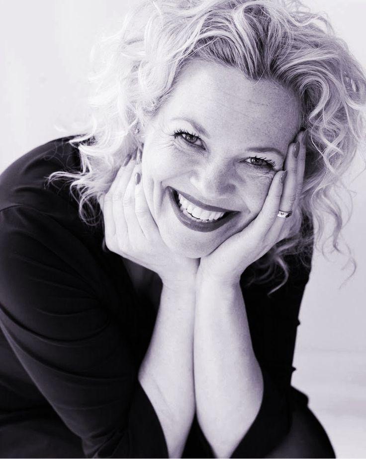 Roos Schlikker (41) is schrijfster en columnist. Ze schrijft voor onder andere Het Parool en Linda., is scenarioschrijfster van Linda.tv's 'Bitterzoet' en schreef diverse toneelstukken. Hoe houdt z…