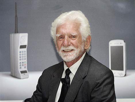 """Motorola DynaTAC 8000X, el primer teléfono móvil de venta al público  En marzo de 1983 fue lanzado el Motorola DynaTAC 8000X, el primer teléfono celular de la historia en ser aprobado oficialmente en Occidente. Este dispositivo, con el tamaño y peso de """"un ladrillo"""", y el precio de un coche de segunda mano, hizo realidad el sueño de poder comunicarse a grandes distan…"""