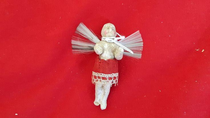 vroeg engeltje, kanten rokje, ongeveer 1880-1900, materiaal soort gebakken klei, hoofdje door tijdsverloop zo kaal als een biljartbal, licht gerestaureerd door deskundige bij uitstek!