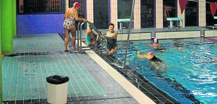 El grave deterioro del falso techo provoca goteras en la piscina de Laredo