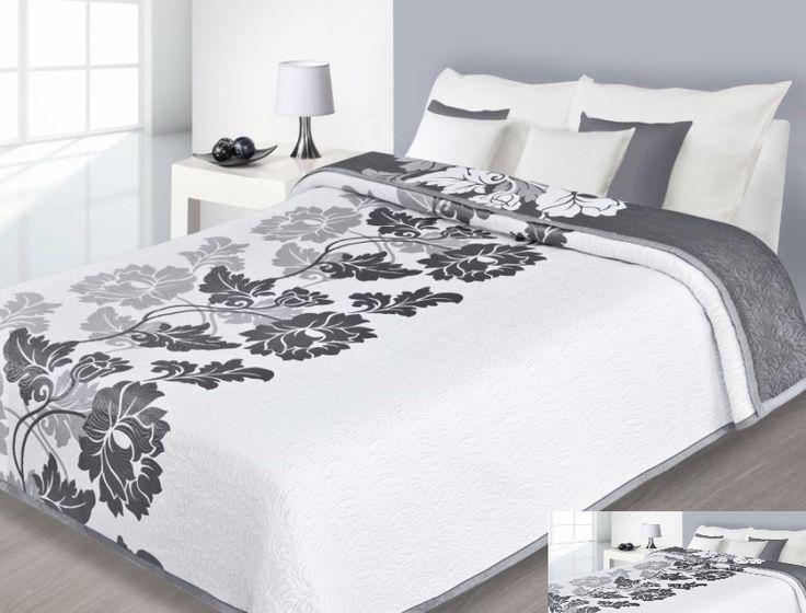 Elegancka dwustronna narzuta na łóżku koloru białego z szarym ornamentem