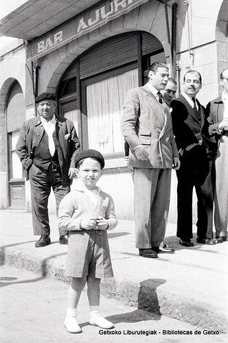 Retrato de un niño en la calle Andrés Cortina, junto al bar Ajuria, años 50 (Colección Daniel Zubimendi) (ref. DZN00637)