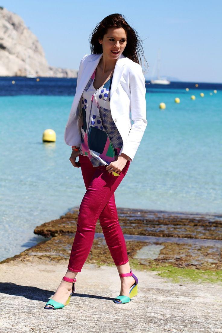 calanque | redsoul | provence | marseille | aix en provence | provenza | fashion blog | fashion blogger | outfit | look | mare | spiaggia | giacca bianca | canottiera colorata | pantaloni fucsia | golden sign | pantaloni capri | scarpe multicolore | scarpe colorate