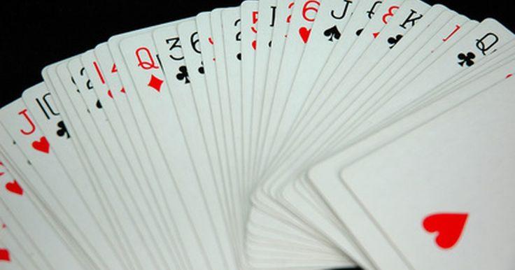 """Como fazer mágicas com cartas. Se for um mágico iniciante, truques com cartas são uma ótima maneira para você divertir amigos e familiares, enquanto desenvolve sua presença de palco e as habilidades ilusionistas. Há muitos sites e livros, como """"World's Best Card Tricks (Os melhores truques com cartas do mundo) de Bob Longe ou o clássico """"Encyclopedia of Card Tricks"""" ..."""