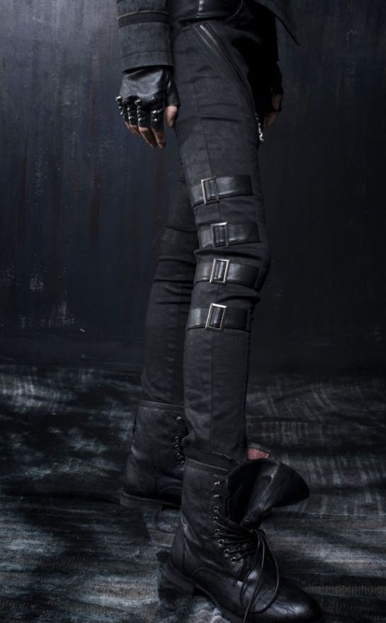 boots are a bit too short for me, but I really like that the leg straps are actually integrated into the seams of the pants. Good idea.