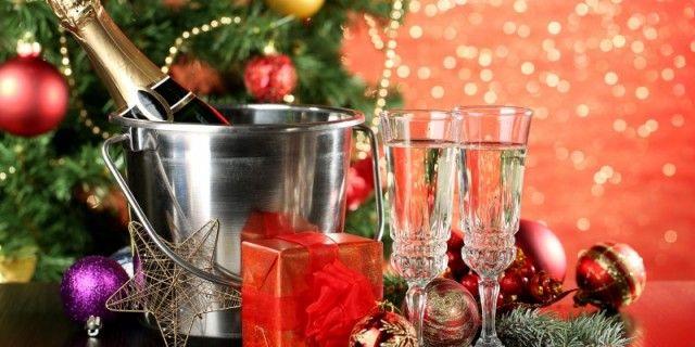 Шампанское: как выбрать новогодний напиток?  Конечно, шампанское является неотъемлемым атрибутом встречи Нового года. Однако, большинство людей открывают бутылку этого замечательного вина собственно один раз в год – в новогоднюю ночь. Таким образом, к бутылке игристого вина большинство потребителей выдвигают простые требования: чтобы было дешевле, взрывалось как из пушки и пенилось как теплое пиво.