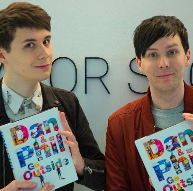 Dan is doing his old selfie face I'm so uncomfortable<<old?