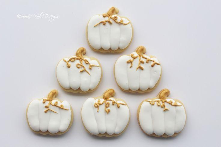 Emmas KakeDesign: Beautiful gold and white pumpkin sugar cookies. www.emmaskakedesign.blogspot.com