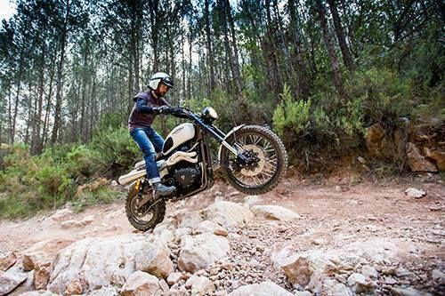 """Triumph Scrambler """"tramontana"""". Recorre caminos de tierra con esta divertida moto. www.caferacerpasion.com"""