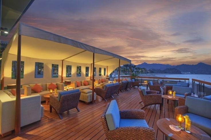Honeymoon im Oman: Im Al Bustan Palace, A Ritz-Carlton Hotel, flittert man wie in einem Märchen aus 1001 Nacht.