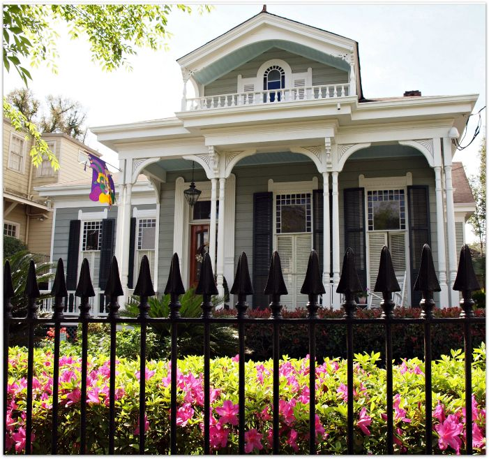 New Orleans - Its not often you get the burst of color and that Spring like feel in the air along with some pretty homes.  It is like they have just put on their lipstick.  Impatiens bloom all year round.  Azaleas burst into color for about a week but do stay green all year long.