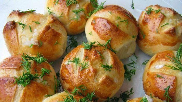 Что может быть прекраснее вкусного борща на обед? Только борщ и чесночные пампушки. Это отличная замена хлеба, да и готовятся они очень просто.