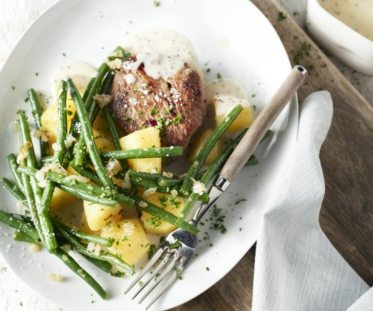 Carne, patate e verdure: forse questa combinazione vi sembrerà un po' banale, ma la nostra ricetta vi piacerà di sicuro! Godetevi una gustosa scaloppina accompagnata da patate croccanti, fagiolini saporiti e una salsa di senape in grani. Un piatto di comfort food per grandi e piccini, sorprendentemente buono!