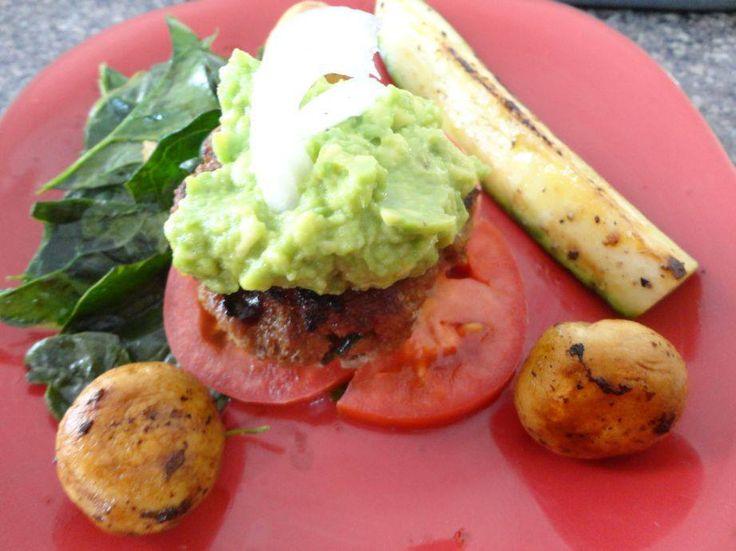 MIni burger de carne con vegetales (molida con vegetales) sobre una cama de espinacas y tomates con aceite de oliva, champiñones con vinagre balsamico y calabaza asada.