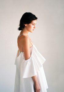 Белые ночи: 18 стильных вещей с открытыми плечами http://womenbox.net/fashion/belye-nochi-18-stilnyx-veshhej-s-otkrytymi-plechami/  Срезанная линия декольте, позволяющая деликатно обнажить плечи, но не демонстрировать все и сразу – один из главных трендов наступающего лета. Судя по всему, романтичные платья, топы, блузы и даже рубашки