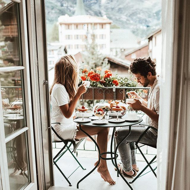 Why can't breakfast be this dreamy every morning? With mi amor ❤️ @herrmannator @montcervinpalace  #tezzaswitzerland #zermatt    #Regram via @tezzamb