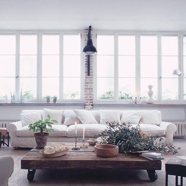 ¿Qué os parece esta decoración con detalles otoñales para el salón?   #LuzNatural #InspiraTuDecoración #Westwing