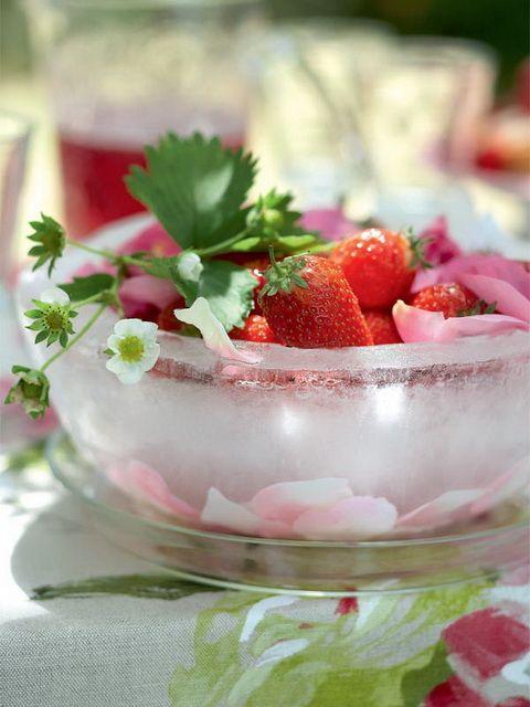 Fruit geserveerd in een ijsschaal