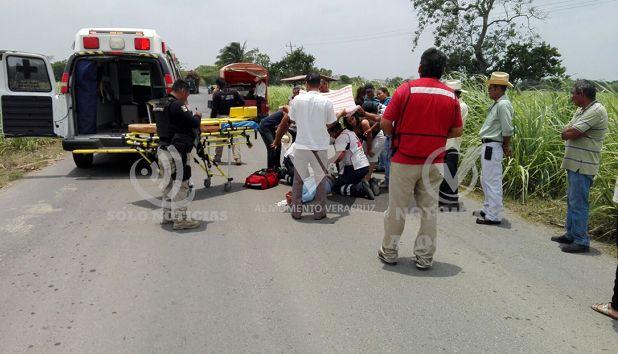Por esquivar un bache una mujer se accidenta en su moto - http://www.esnoticiaveracruz.com/por-esquivar-un-bache-una-mujer-se-accidenta-en-su-moto/