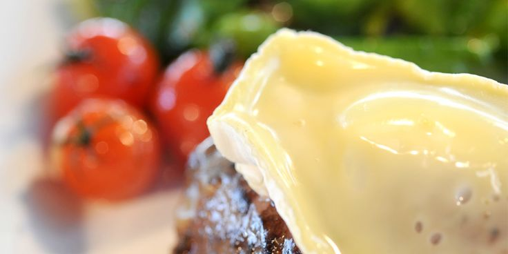Härän pihvit valkohomejuustolla ja pähkinäistä salaattia