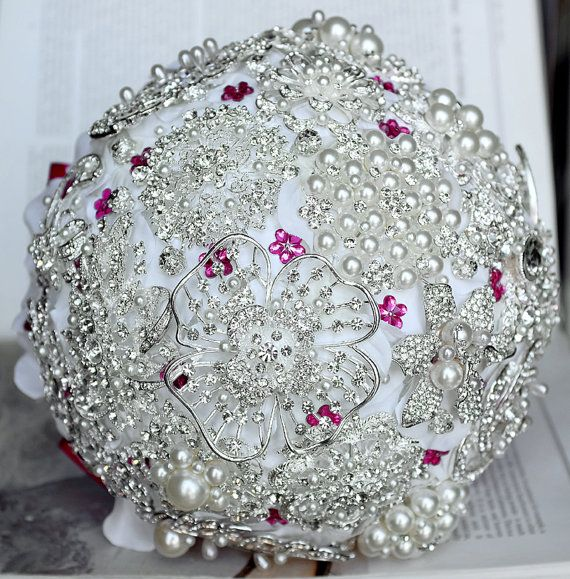 Iti doresti un buchet de mireasa atipic? Wedding Box iti vine in ajutor si iti ofera cateva idei pentru ca buchetul tau sa straluceasca in ziua nuntii.