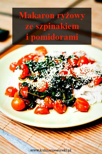 Makaron ryżowy ze szpinakiem i pomidorami