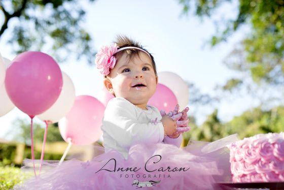 fotografia smash the cake bebê menina cor de rosa com tutu de bailarina bexigas rosa; book bebê bolo ao ar livre sol Anne Caron