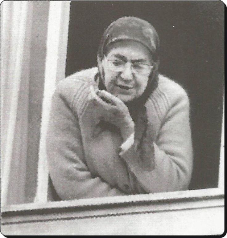 Sultan Vahdettin'in son eşi Nimet Nevzad Hanımefendi. Anadoluhisarı'ndaki evinin penceresinde - 1974