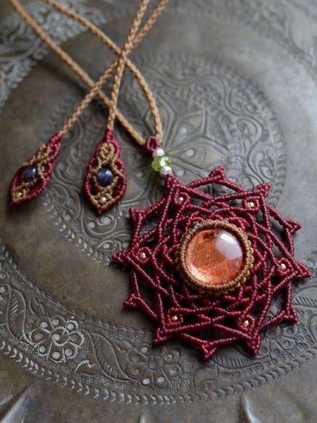 サンストーン&ペリドット 曼荼羅 六芒星 天然石マクラメ編みペンダント