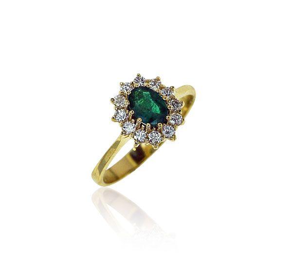 Elegant und zart beschwingt - ein wunderschöner geschliffener Smaragd und Diamanten! Um den Mittelstein, einem ovalen Smaragd wurden 12 Diamanten gesetzt - alle krappengefasst. Die Fassungen sind seitlich offen gearbeitet. Die polierte gelbgoldene Ringschiene verjüngt sich nach unten hin.  Diamant-Smaragd-Ring mit 0,658ct Smaragd und 0,361ct Diamant in 750 Gelbgold http://www.schmuck-boerse.com/ring/122/detail.htm #schmuck #smaragd #ring #gold #diamanten #vintage #emerald…