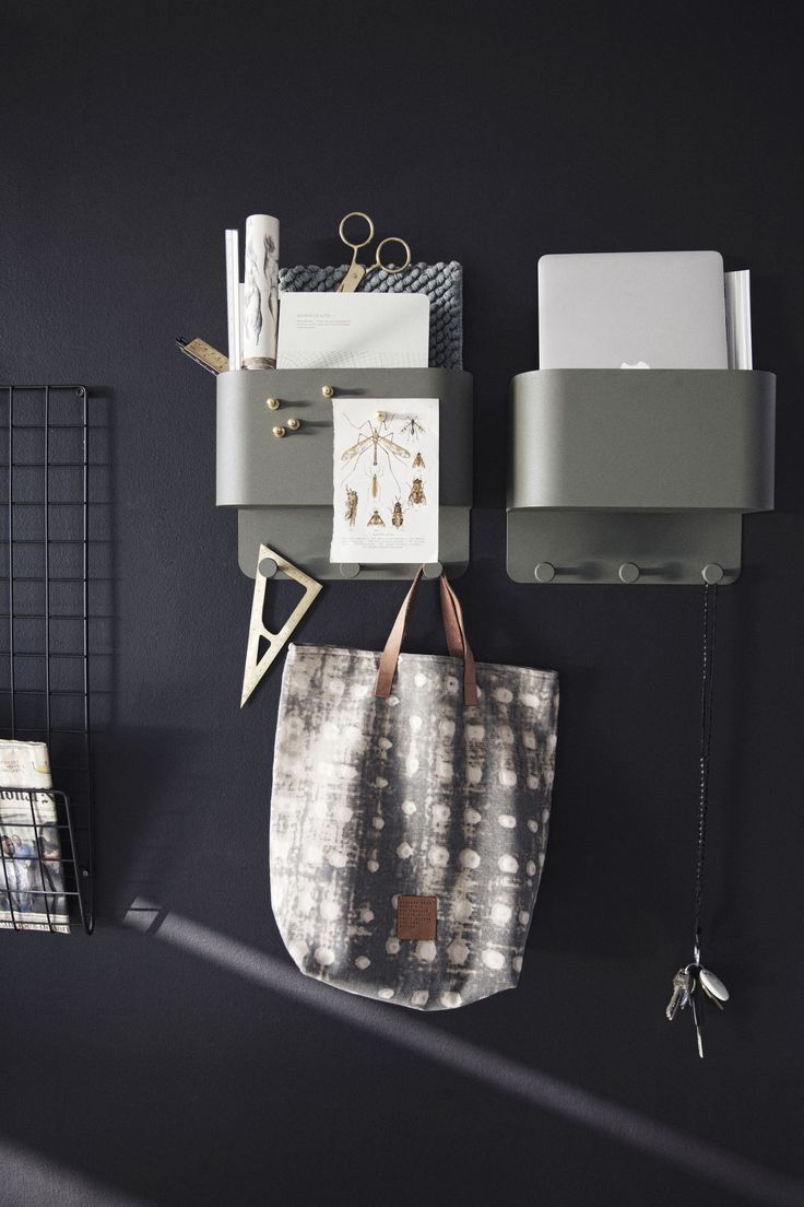 Shop de producten van deze foto op SHOPINSTIJL.nl - Op dit beeld zie je een zwart metalen memorek en legergroene metalen opbergbakjes (overigens als kapstok te gebruiken) op een heel diep donkergrijze muur