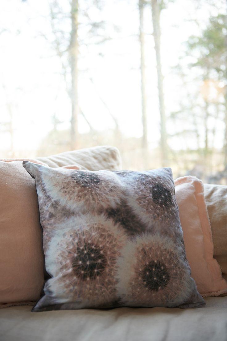 Kaunis kukkatyyny Cozy Living-merkiltä. Tuo väriä ja elämää sisustukseesi kauniilla koristetyynyillä. Tyyny on kaunis sisustuselementti itsekseen sekä yhdessä muiden Cozy Living-merkin tyynyjen kanssa. Tyyny on kääntöpuolelta musta.