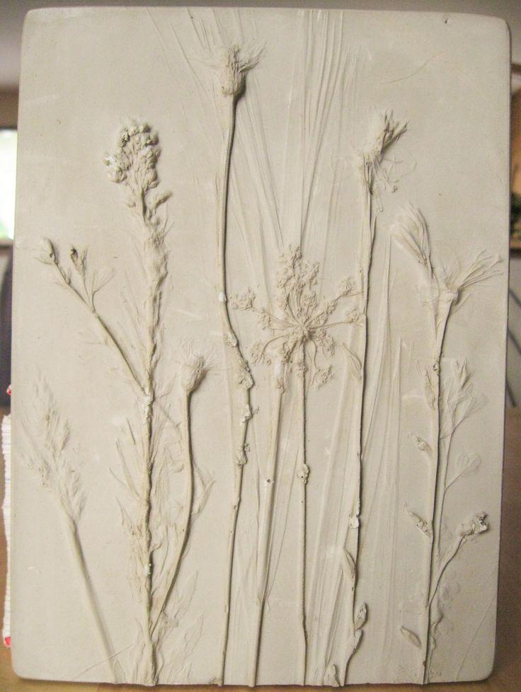 J'ai toujours été émerveillée par la beauté des plantes et un herbier sensoriel me permet de révéler leur beauté simple et complexe à la fois.  J'ai voulu une photo tactile que l'on puisse sentir, deviner et découvrir. Le moule est réalisé à partir de fleurs et de feuilles naturelles et la tuile est réalisée en plâtre, une matière qui joue avec la lumière et les formes du modèle .... Ainsi, le végétal fait ressortir tout son relief et sa grâce. L'objet déco au style naturel et épuré.