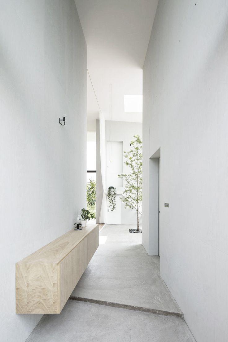 House in Ohno / Airhouse Design Office mooie dressoirkast voor lange hal