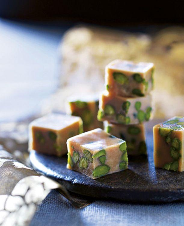 Knasende og søde karameller til slikdåsen! Mette Blomsterberg giver dig her sin opskrift på lækre pistacie-karameller!